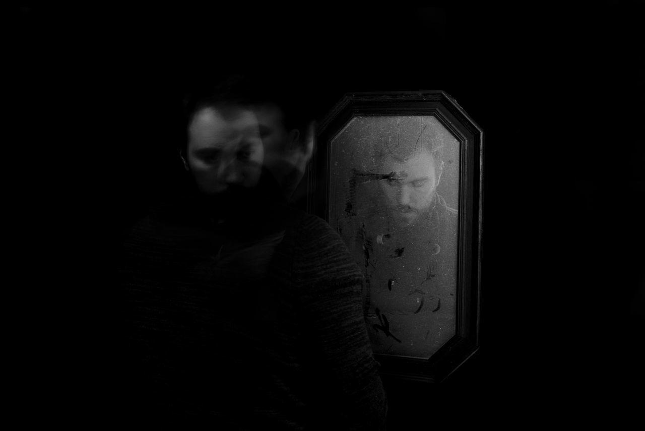 Mirror of the Mind / Miroir de l'esprit 1ère photo de la série Schizophrenia Black Background Blackandwhite Blackandwhite Photography Esprit Mind  Mirroir Mirror Noir Et Blanc Photographie Photography Themes Schizophrenia Schizophrénie