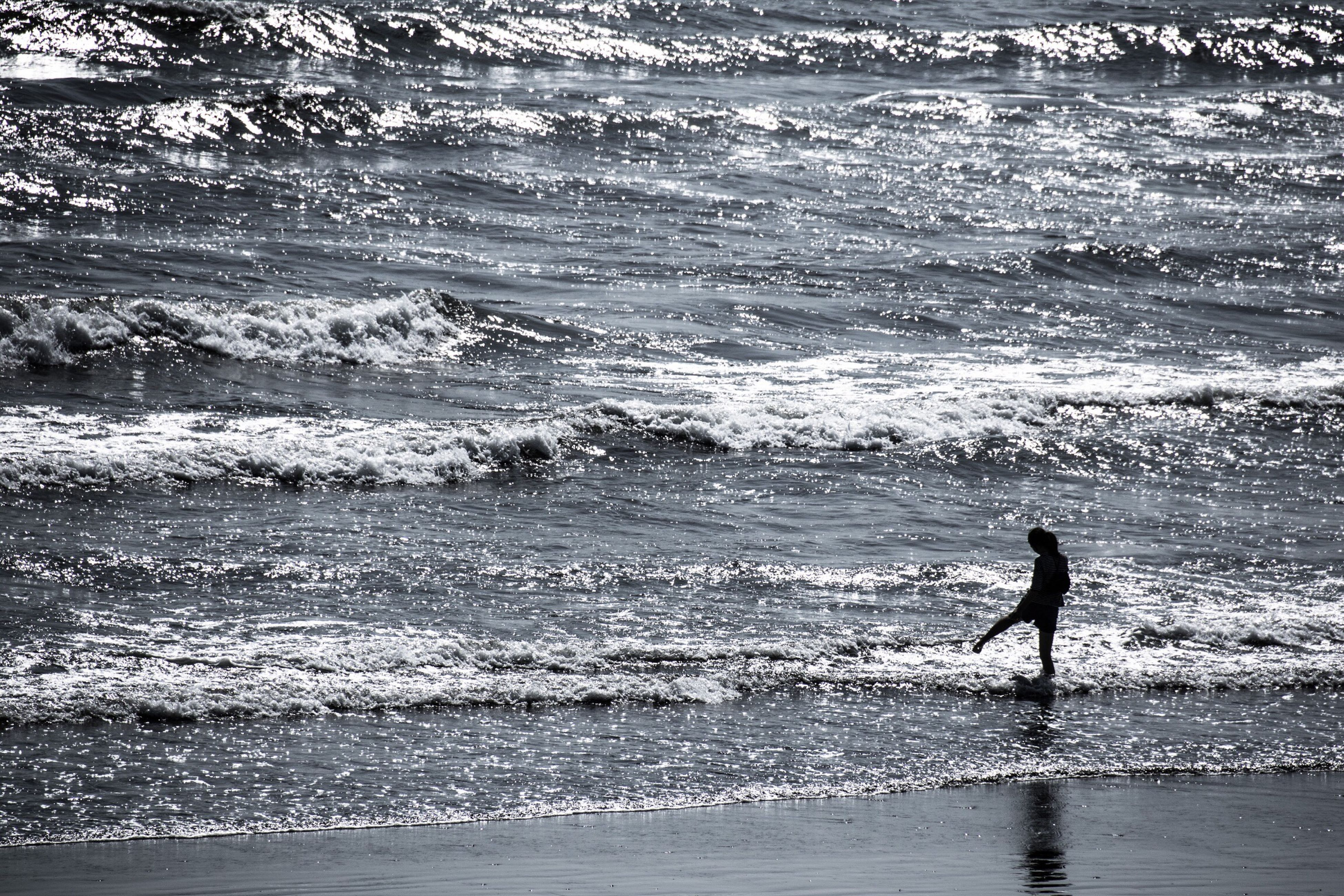 water, sea, leisure activity, lifestyles, wave, beach, full length, silhouette, men, vacations, shore, nature, beauty in nature, surf, enjoyment, walking, scenics, horizon over water