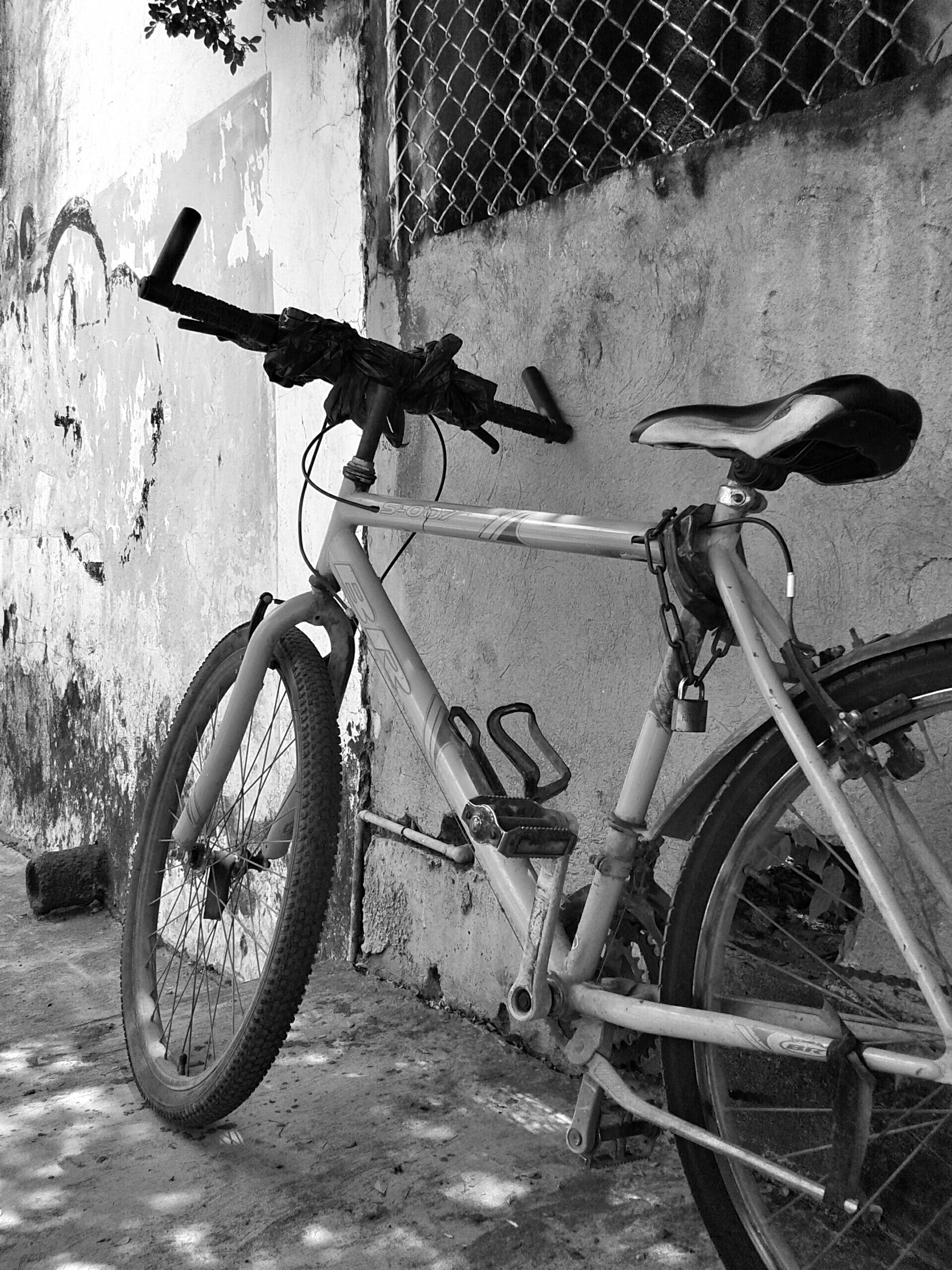 bicycle, transportation, mode of transport, land vehicle, stationary, parked, parking, wall - building feature, wheel, metal, day, outdoors, cycle, abandoned, street, no people, damaged, old, built structure, wall