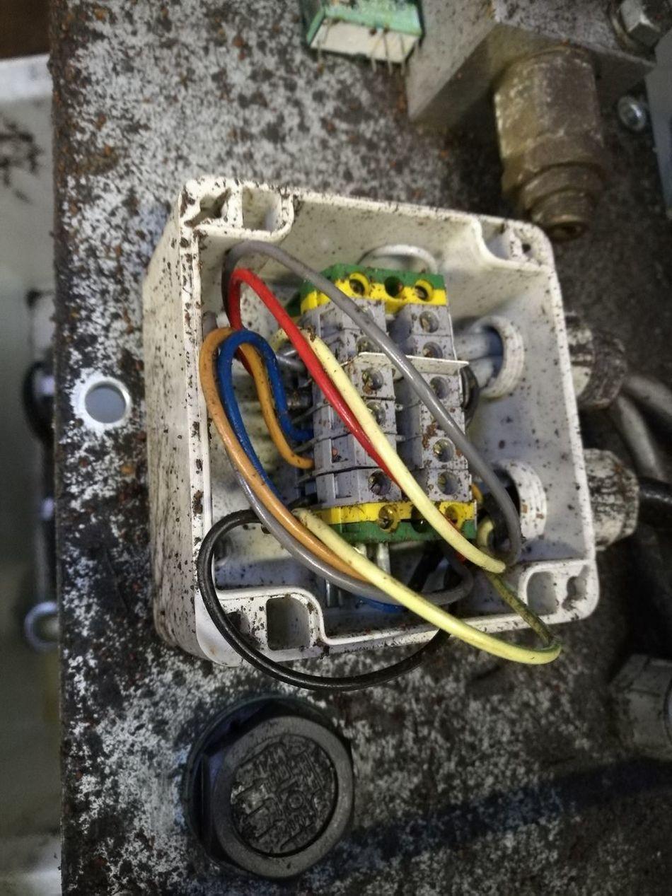 380V Aggregate Alt Black Brown Dirty Dreck Elektricity ELEKTRO Elektronik Grey Kabel Kabelsalat Motor No People Old Schmutzig Technology Unterverteiler Verkabelung