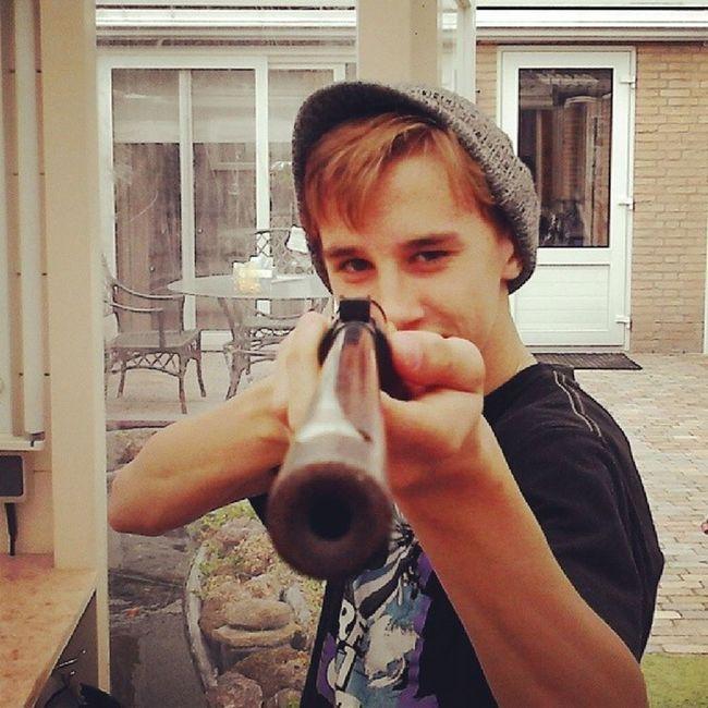 Ben ff aan het schieten met me buk's het is geen vuur wapen het is 4mm Buks Bullets Strathe