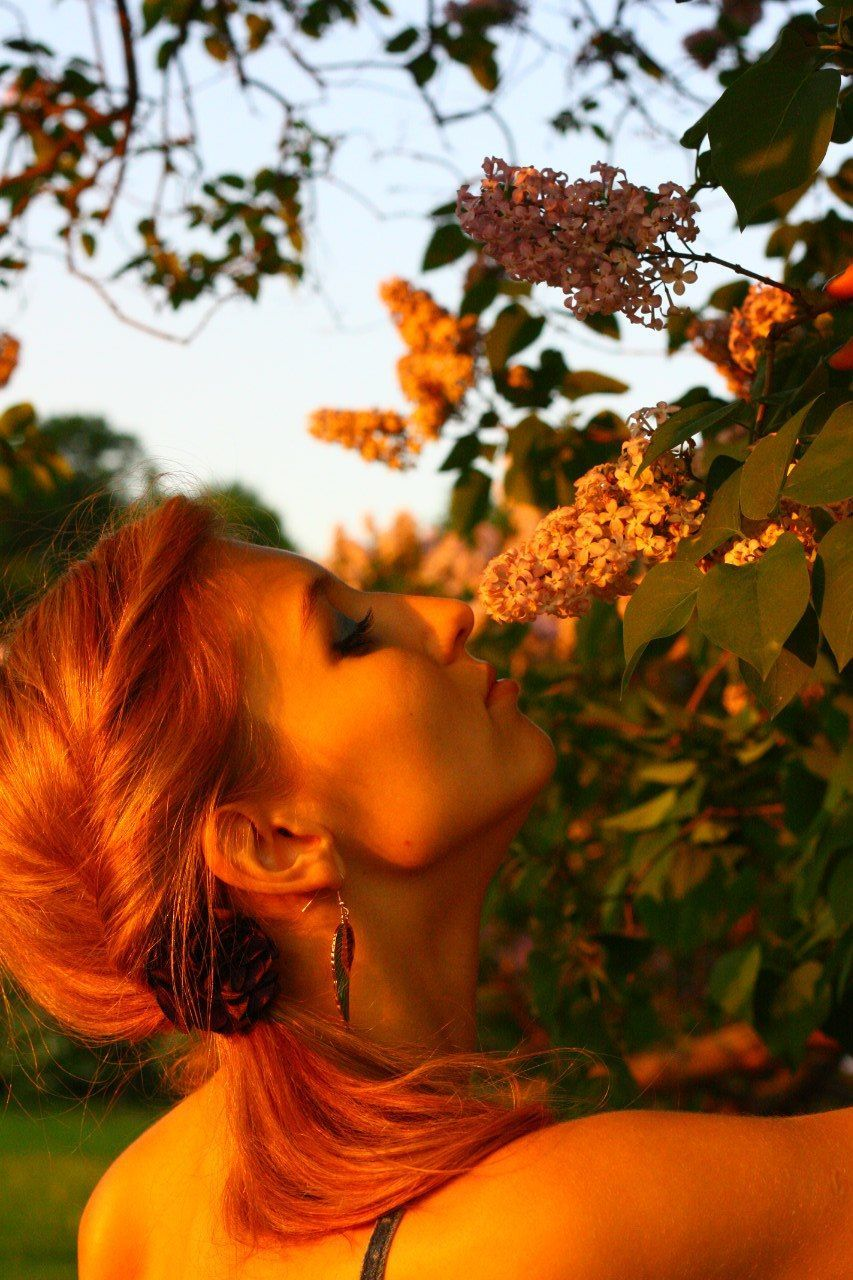growth, one person, tree, real people, redhead, nature, plant, outdoors, day, women, young adult, young women, beauty in nature, close-up, people