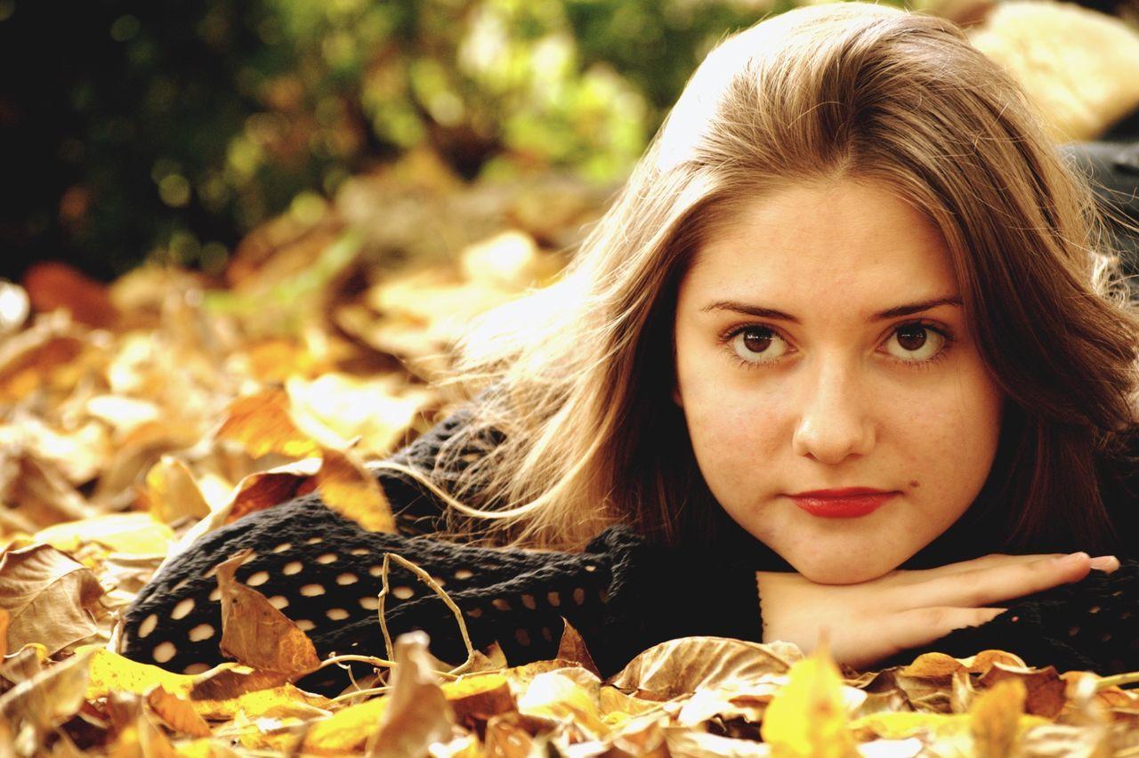 Portrait Autumn Fall Girl Blonde Redlips Eyes Beautiful Theportaitist2015eyeemawards Theportraitist