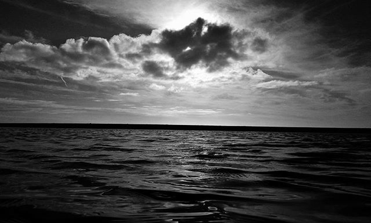 B & W 📷 Blackandwhite Clouds Cloudsporn Sea Stormy Springday Flat Picoftheday Igersoftheday Chillin Thatphotografer Vscocam Vscophoto Snapseed Snapseeddaily Nature Naturelovers Portugaldenorteasul Portugalcomefeitos Portugal