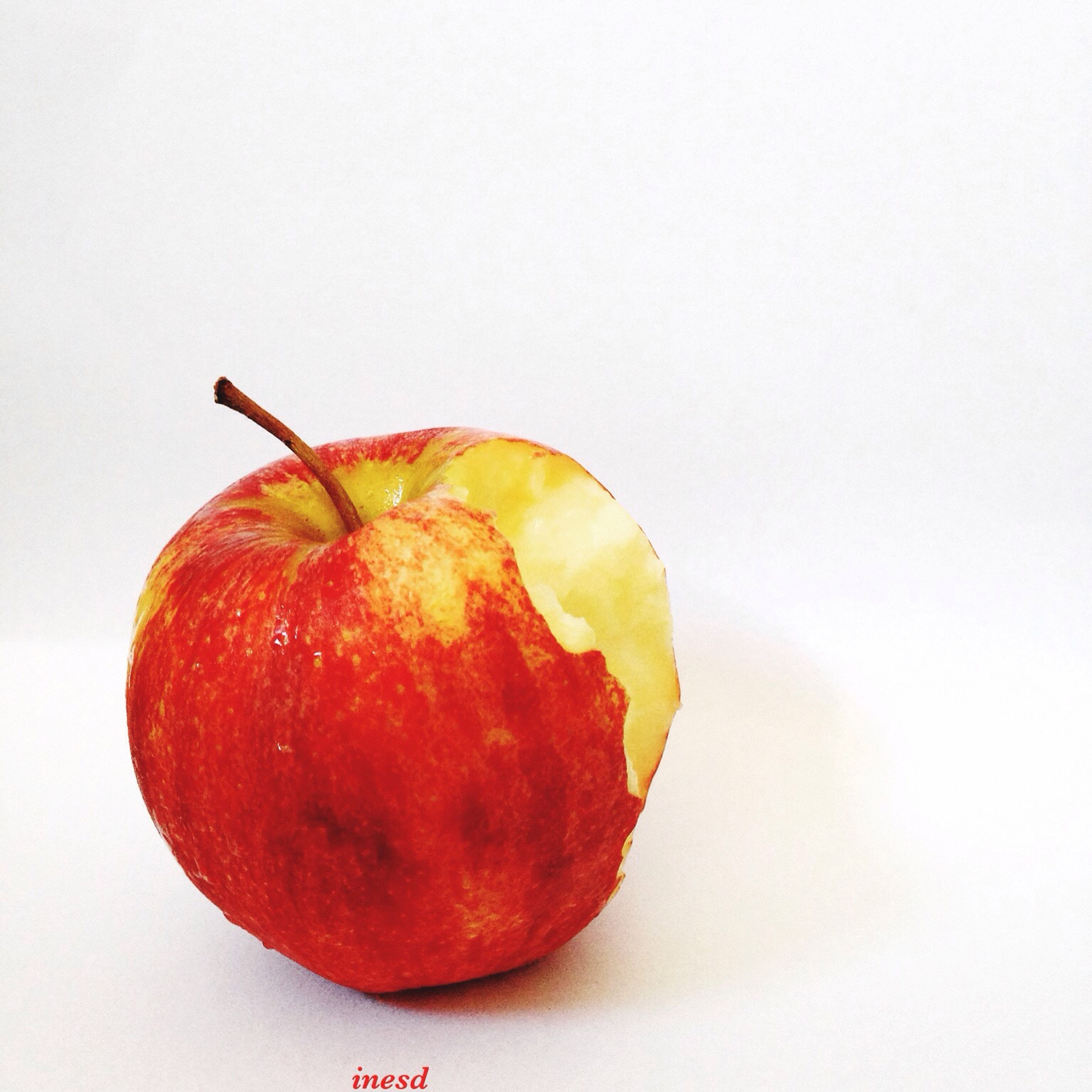fruit, food and drink, food, studio shot, freshness, healthy eating, white background, red, copy space, still life, close-up, ripe, single object, cut out, organic, apple, apple - fruit, juicy, indoors, vibrant color