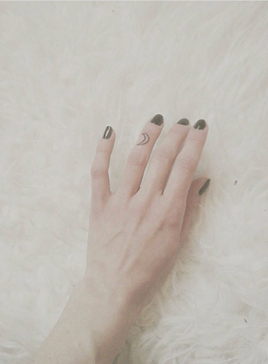 human hand, human body part, human finger, one person, real people, close-up, women, indoors, day, adult, people
