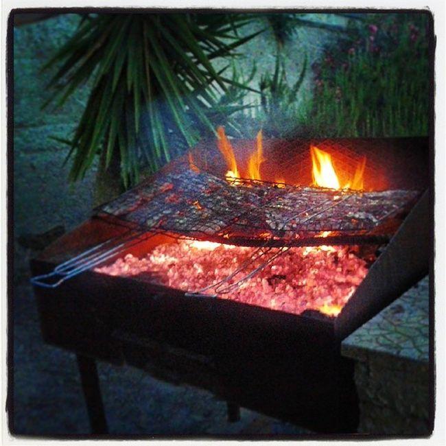 Sicilia Sicily Agrigento Girgenti montaperto arrostire barbecue bbq carne salsiccia carbonella mangiare serata grigliata buongustaio abbuffata prelibatezze