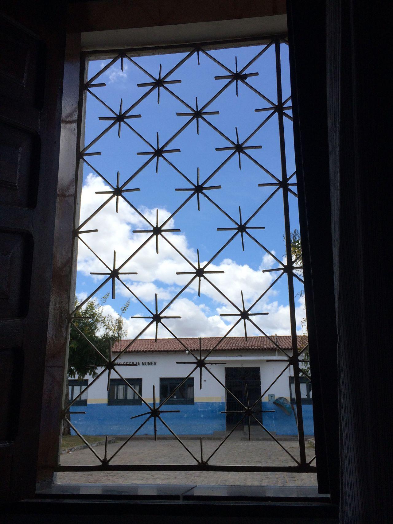 Pela janela do quarto eu vejo tudo em quadrado, remoto controle.