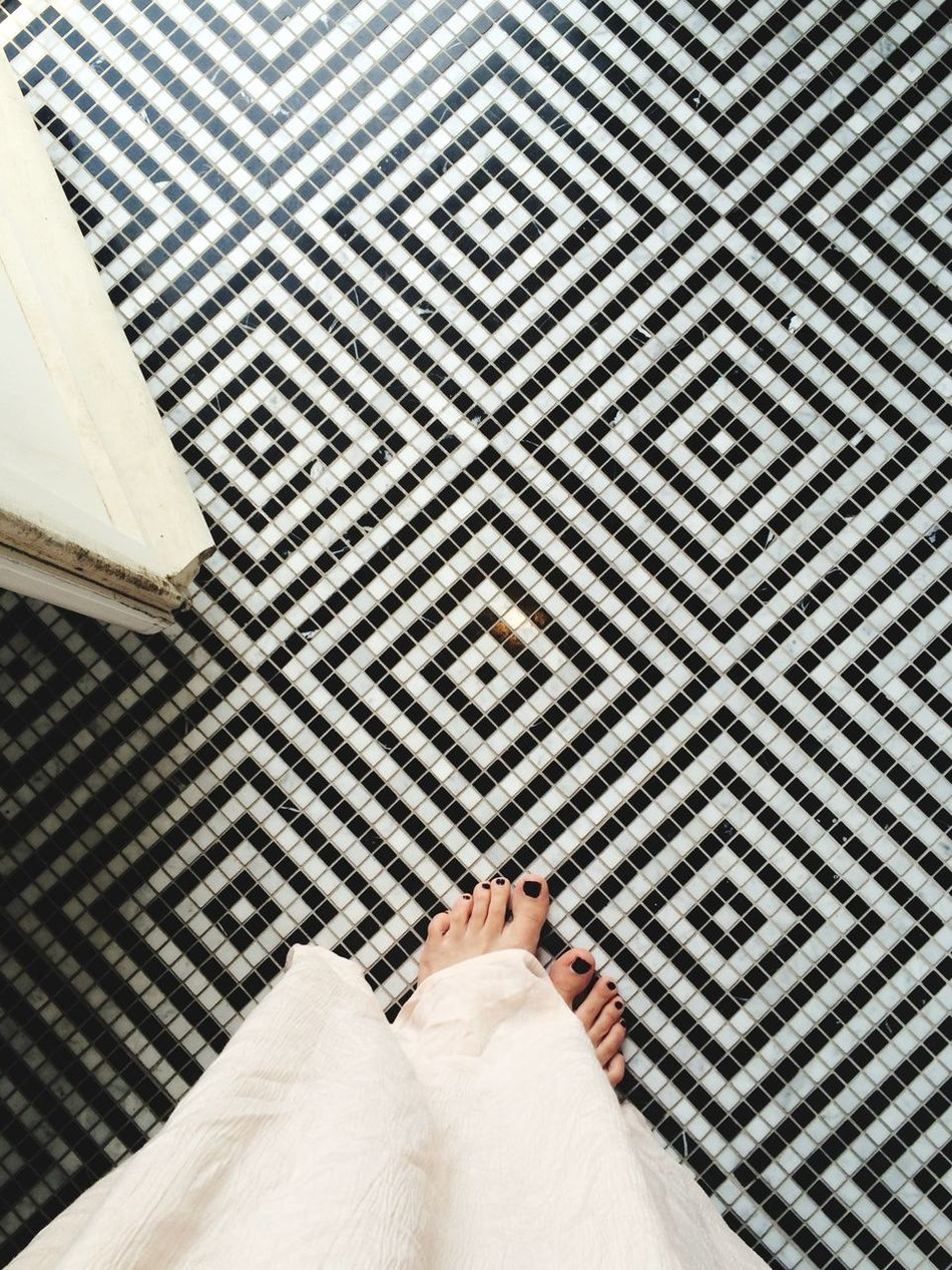 Floortraits Feet Urban Geometry Bathroom Princess Feeling