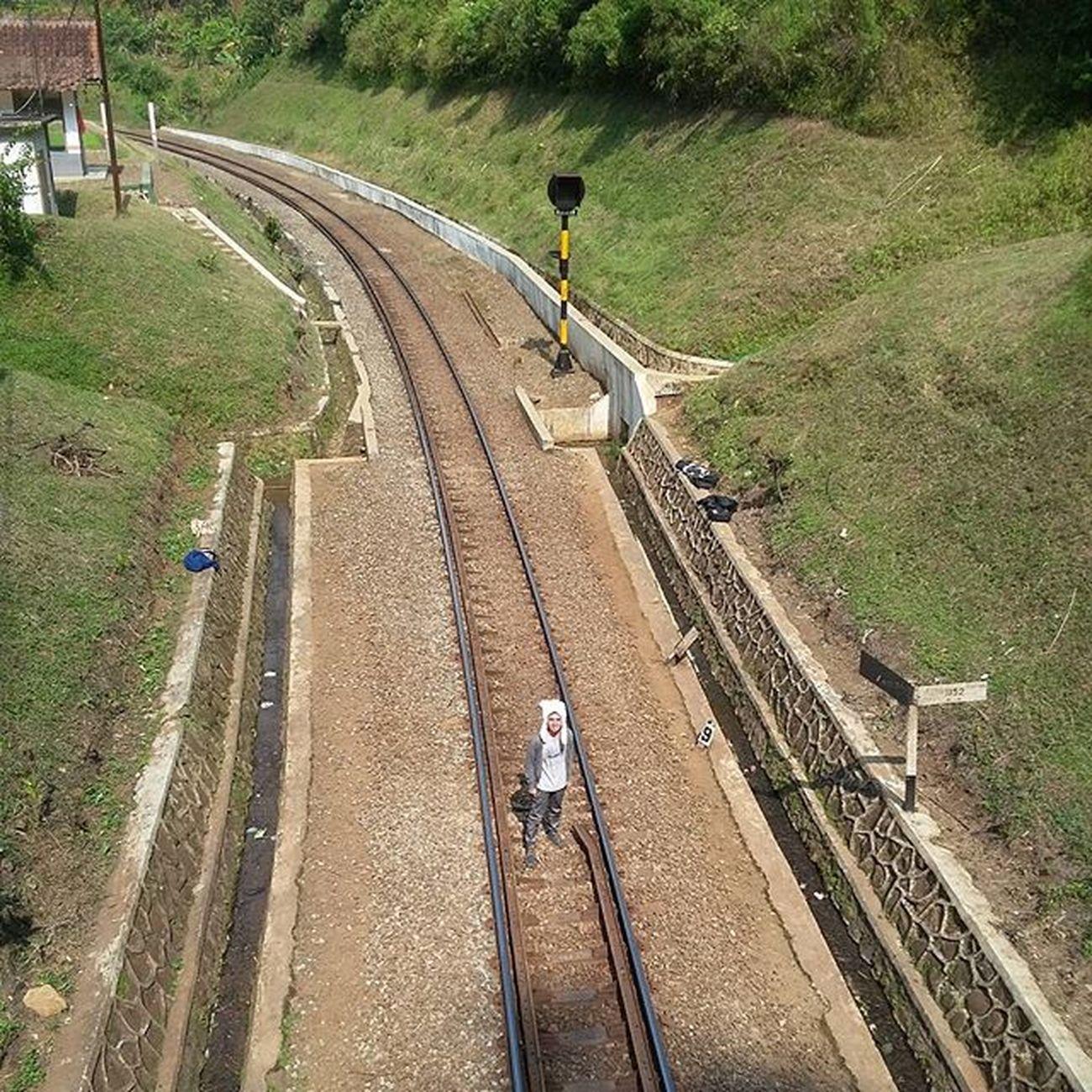 Terjebak sendiri di lintasan cerita Kemelut derita melarung hara (SARASVATI - LARUNG HARA) Lokasi : Lintasan Kereta Api Sasaksaat, Padalarang Ridwanderful JarambahBandung DiBawahLangitBandung BandungIsMe