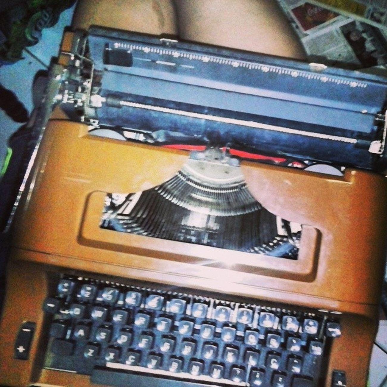 Sua amiga vai pra São Paulo e lhe traz esse lindo presenteAgora posso escrever minhas cartasMe sinto completaAlguns acham besteira, eu acho tudo.