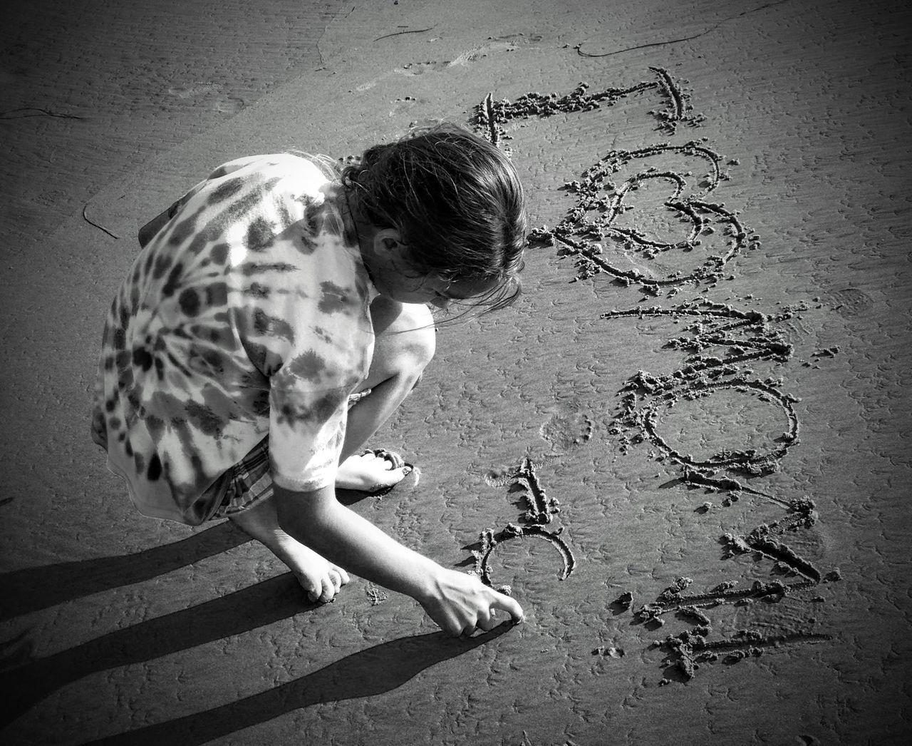 A message to mom Black And White On The Beach Child Writing In Sand Girl On Beach I Love Mom Message To Mom On The Beac Message To The World Sweet Message To Mom Writing From The Heart Writing On The Beach