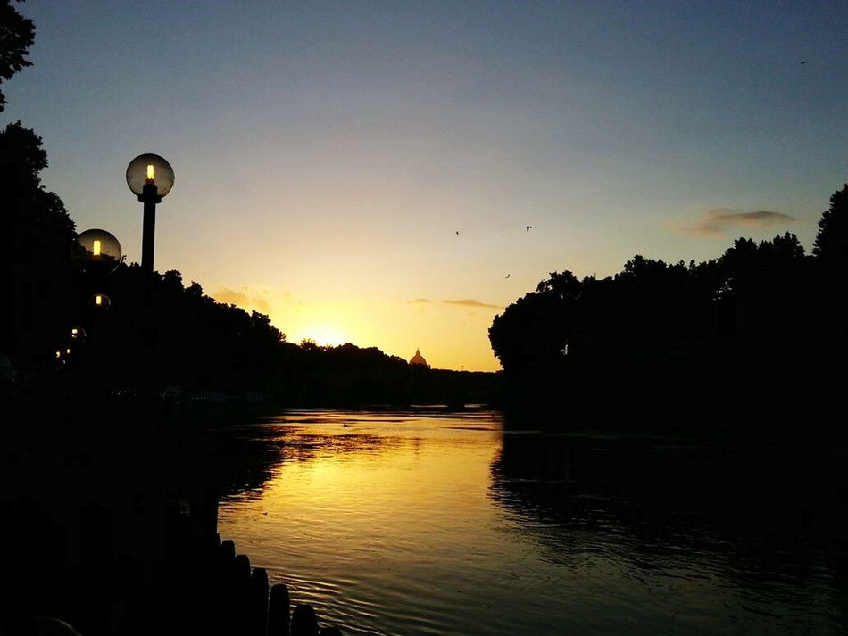 Tevere River Tevere Tiber River Roma Sunset Sunset_collection Beautiful Sunset By The River Riverbank Water Reflections