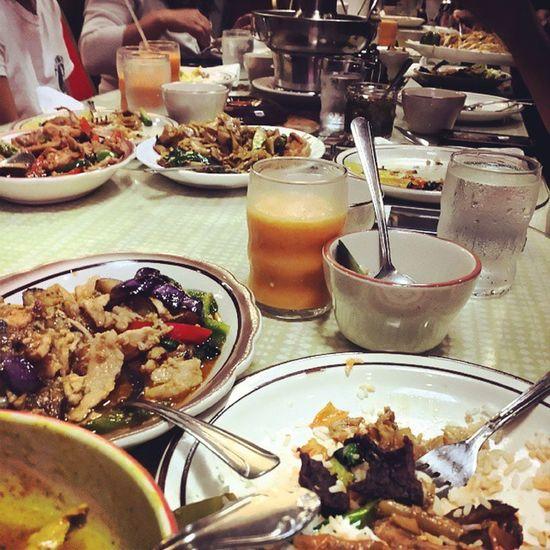 Dinnner is served ! Thanks for the treat guys ! Free dinner is always good 😆😆 Thaifood Sfv Ocha Goodspot yum dinner