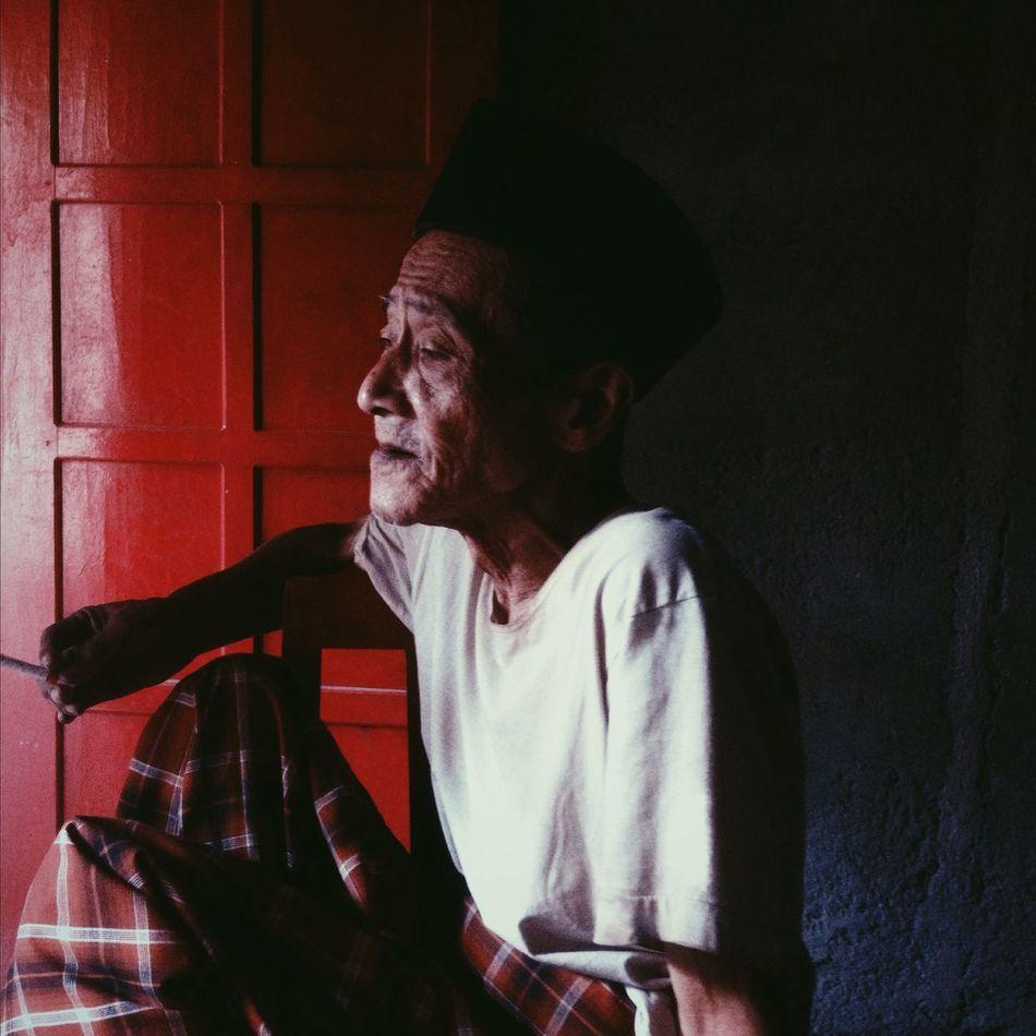 An Oldman Portrait Oldman IPhoneography Red Door Iphoneonly Folk IPhone Taking Photos Enjoying Life Ciggarette Hat Apparel Village Life Village