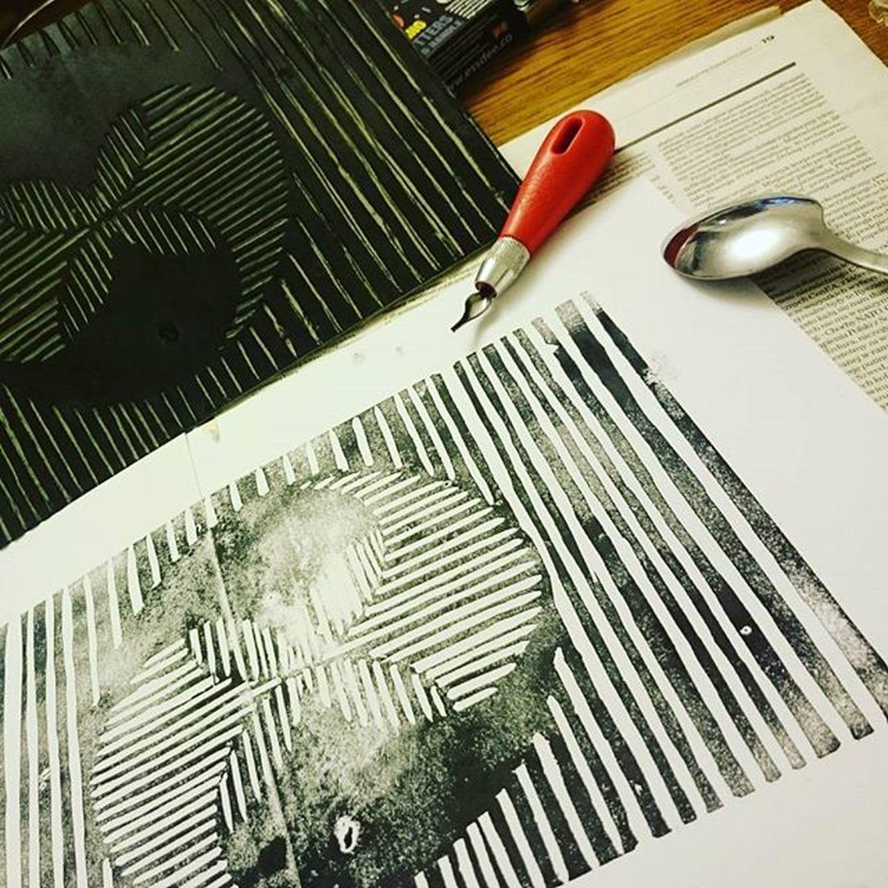 Odbijanie łyżeczka jest chujowe. Ale przynajmniej wiem gdzie jeszcze dopracować Linoryt Linoleum Grafikawarsztatowazabija