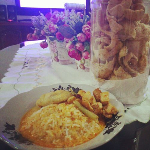 The weather<3 it makes me wanna eat more & more ;) Jemput makan uolls ;D Nasicampurlauk Keropok Hujan