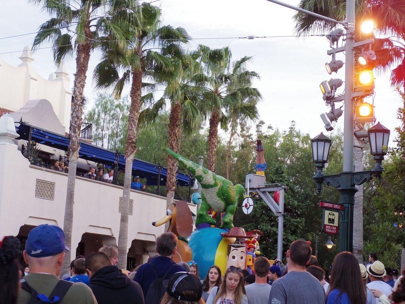 すごい人がいるの見えます?恐竜のレックスの近くに体操選手みたいにクルクル回ってる人がいました(^O^) DCA Disney California Adventure Disneyland Disney Pixar  Toystory Anaheim Losangeles People
