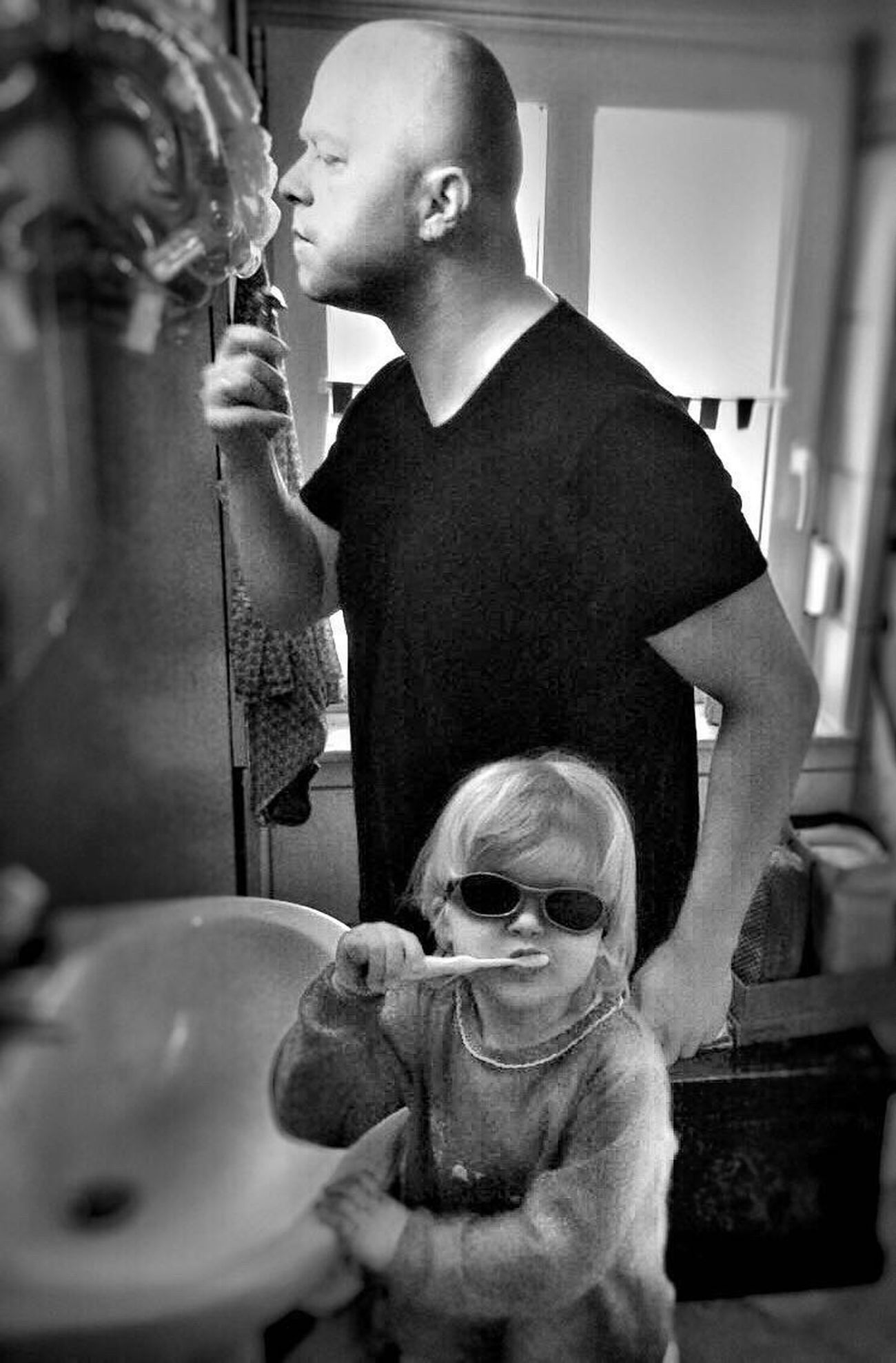 Vater Und Tochter Kinder Kids Children Funny Bathroom Zähneputzen Spaß Love Parents Kids Being Kids Children Photography The Portraitist - 2016 EyeEm Awards Fresh On Eyeem  Hello World
