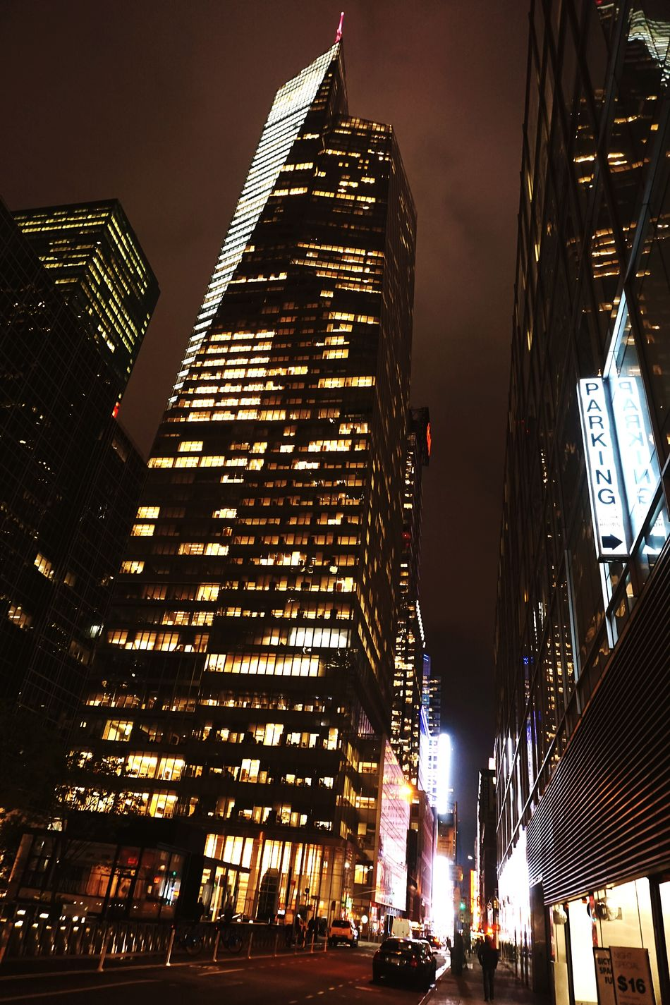 Bankofamerica in NYC. Bankofamericabuilding Bankofamerica500 NYC Photography Nycphotography Nightlights Nightphotography Nightshot Architecture Skyscraper Built Structure Illuminated City Low Angle View Night Modern Architecture Tall - High Diminishing Perspective