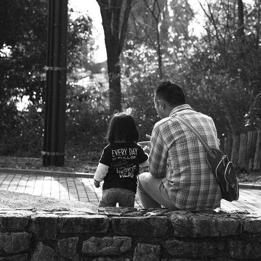 モノクロ 親子 Blackandwhitephotography キッズ Kids 写真 Photo ふれあい 愛 Love パパ Daddy 光 影 娘 Japan うつし屋桜 Father And Daughter Daughter Japanese  Japanese Daughter Family
