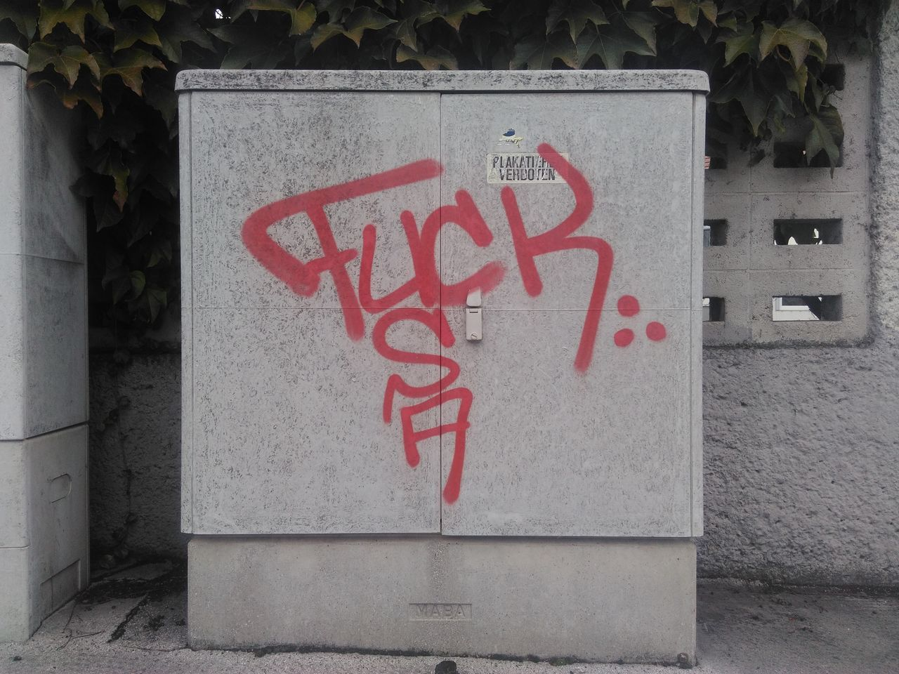 Graffiti USA Outdoors No People Communication Vienna Liesing Wien Austria Plakatieren Verboten