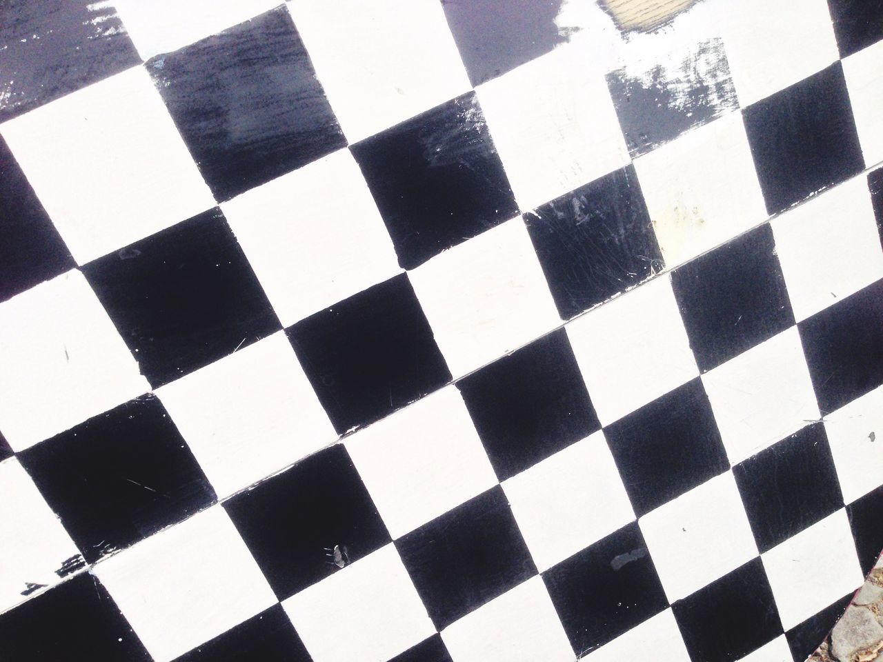 checked pattern, full frame, white color, chess board, chess, pattern, high angle view, black color, indoors, no people, close-up, backgrounds, sports race, competition, sport, chess piece, day