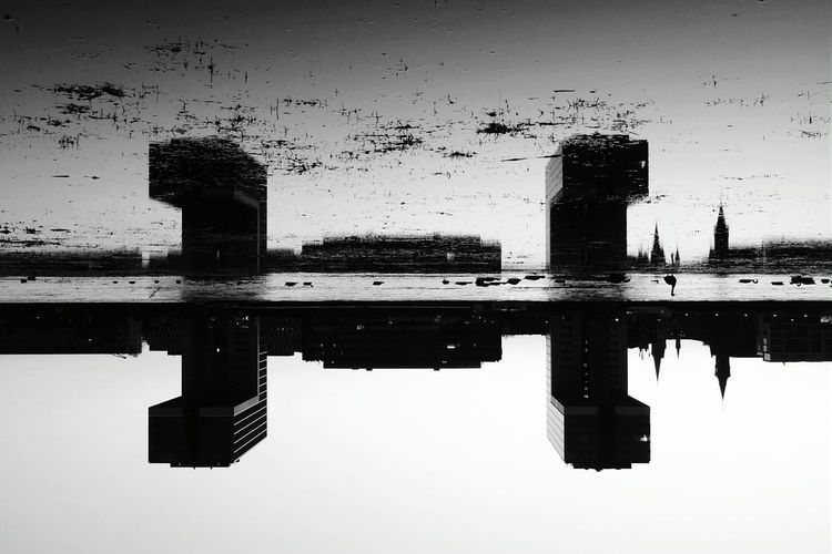 Just couldn't resist to repost it as my next Sunday_flip :). But this time in Black And White which I was already considering yesterday. Silhouettes Silhouette Water Reflections Reflections Reflection Fortheloveofblackandwhite Rule Of Thirds The Architect - 2015 EyeEm Awards Better Look Twice Rheinauhafen Cologne Köln
