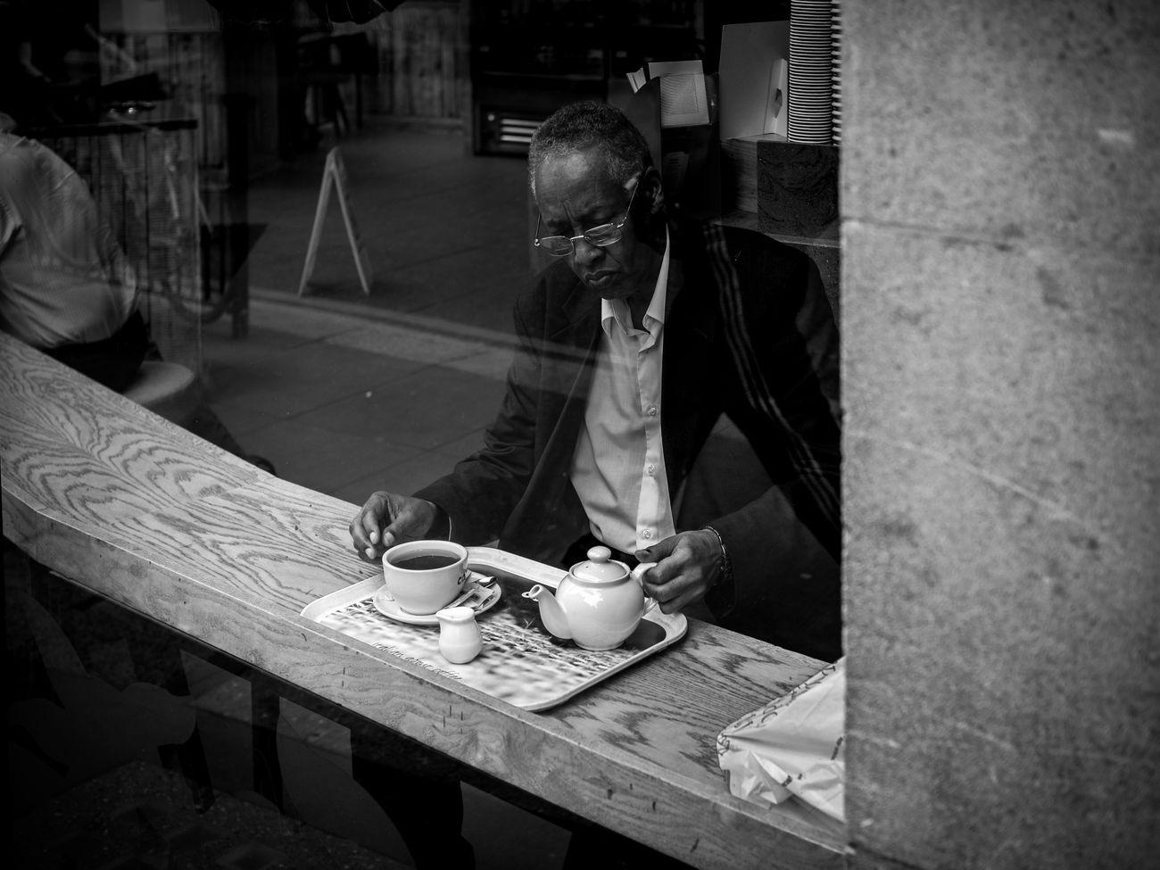 Tea Break. Street Peope Maxgor City Street Photography Maxgor.com Lifestyles London London Lifestyle Prime Lens Olympus Pen-f Olympuspenef Rawstreets Streetphotography Monochrome Photography Blackandwhite Candid Photo Streetphotography_bw Streetphoto_bw 50mm Black And White Boroughtmarket