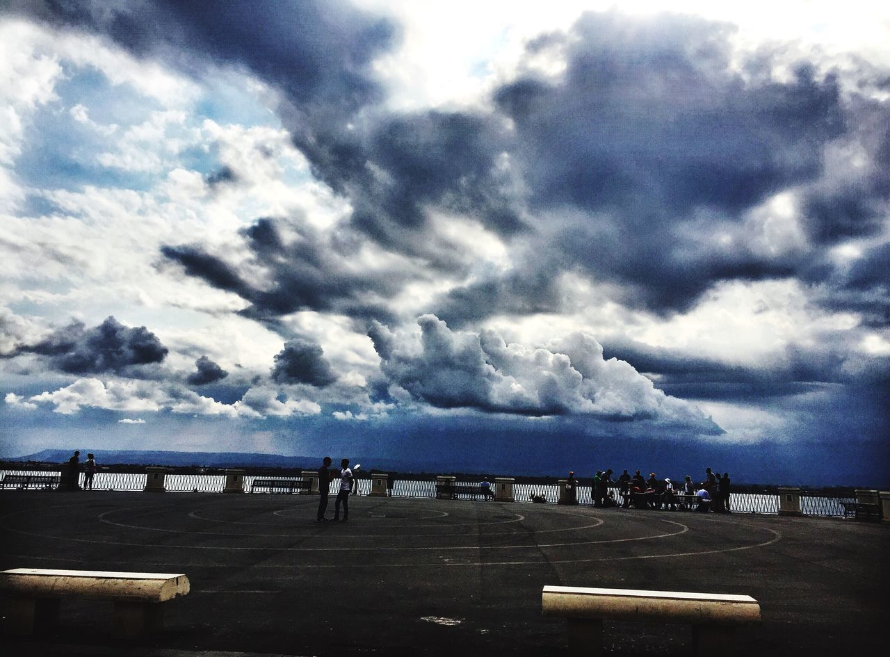 Day Nuvoloso Cloud - Sky Sky Sea Water Nature Large Group Of People Scenics Tranquility Beauty In Nature Outdoors Real People Beach Horizon Over Water Vacations Men Storm Cloud People Serenity