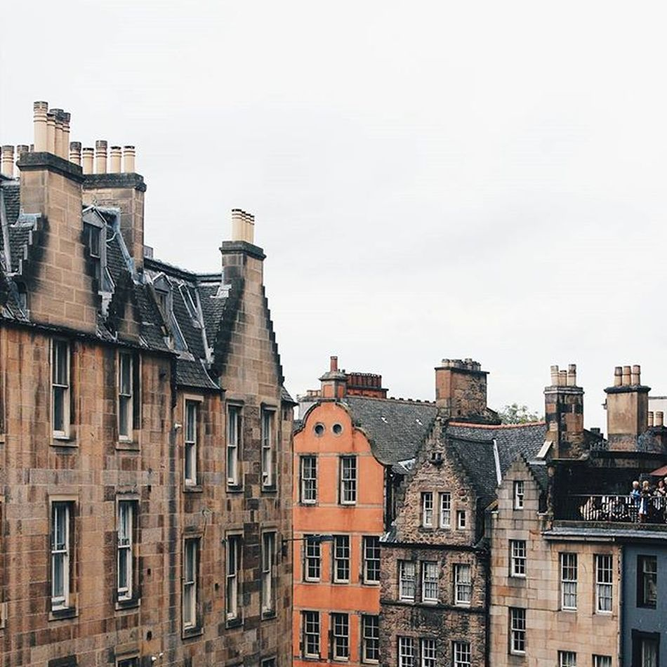 Victoria Street during Fringe Festival in Edinburgh. This was one of my last days in Scotland. I miss this country everyday. ✨ Instamission258 (But I love Brazil! Há!)