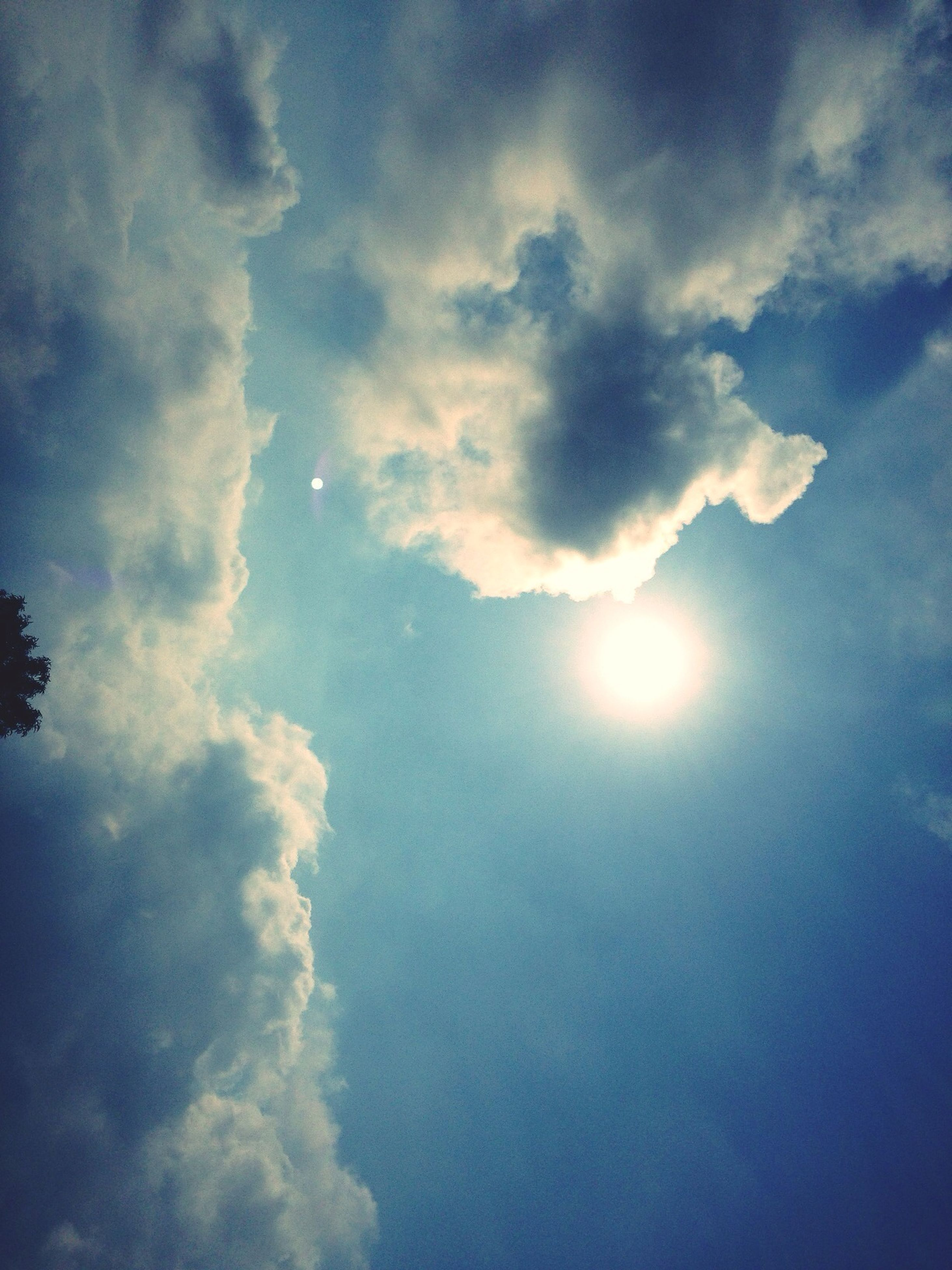 sky, low angle view, cloud - sky, sun, beauty in nature, sunbeam, tranquility, scenics, tranquil scene, sunlight, nature, cloudy, cloud, sky only, cloudscape, blue, idyllic, lens flare, outdoors, no people