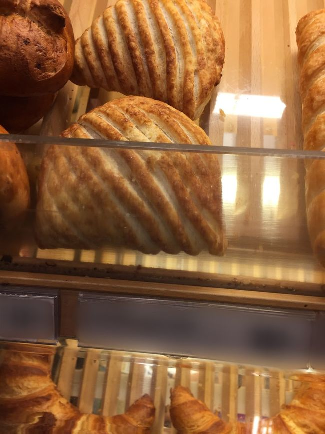 Apfeltasche im Brotgestell - Silsergipfeli Vanillestange Rosinenbrötli Rosinenbrötchen Regal Präsentieren Verkaufen Kaufen Laden Verkauf