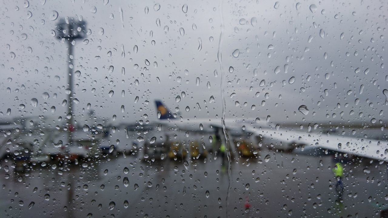 Up and down / rainy edition Drop Wet Rain Water Transparent Rainy Season Window Weather Transportation Mode Of Transport Outdoors Airplane Airport Travel Traveling EyeEm Best Shots Focus On Foreground RainDrop Day Tristesse Triste Rainy Days Rainy Raining Weather Photography