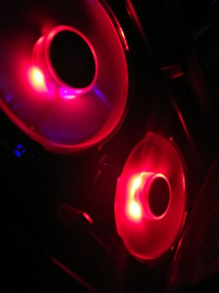 Red 120mm fans Close-up