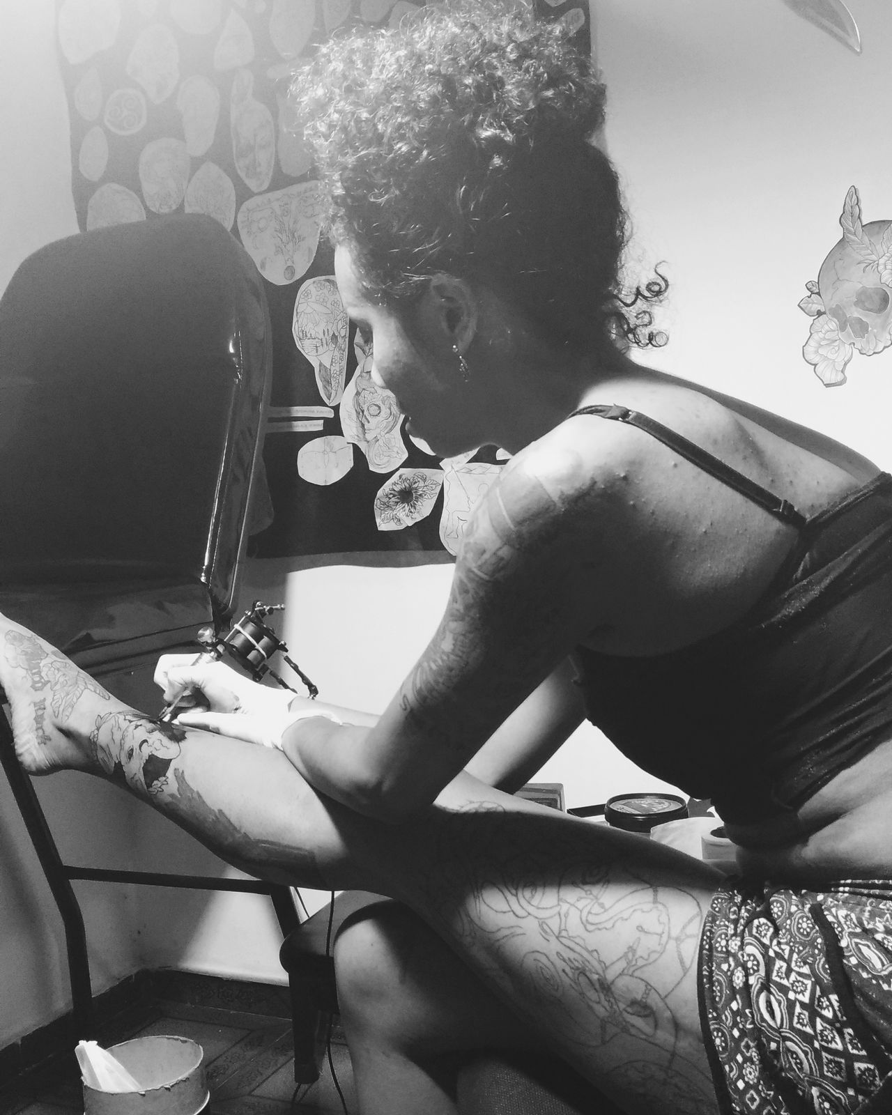 Art Is Everywhere One Person One Woman Only Arts Culture And Entertainment Young Women Tattoo Life Tattoo Tattooart Tattooing Tatuadoras tatuagem brazilianTatuadora Negra Negrabrasileira Investing In Quality Of Life