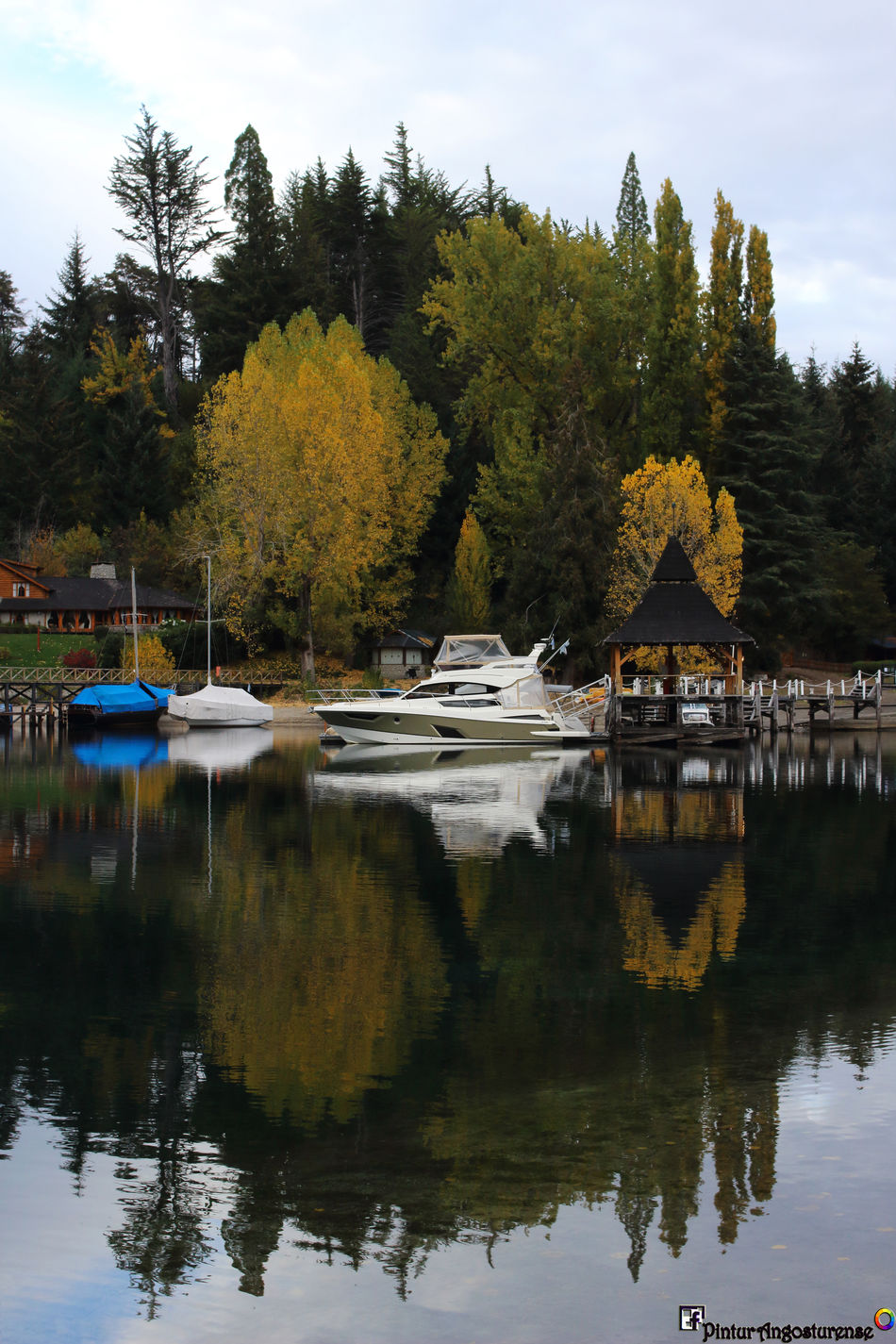 Y así nos recibe hoy la mañana! Buen día gente beia!!! :) A disfrutar!!! Excelente jornada! Saludos! Architecture Autumn Beauty In Nature Building Exterior Day Lake Mode Of Transport Moored Mountain Nature Nautical Vessel No People Outdoors Reflection Scenics Sky Tranquil Scene Tranquility Transportation Travel Destinations Tree Water Waterfront Yacht