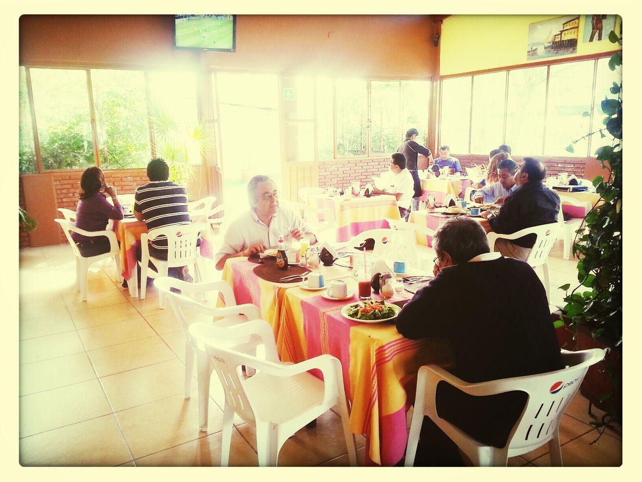 Desayunando rico y disfrutando del partido...