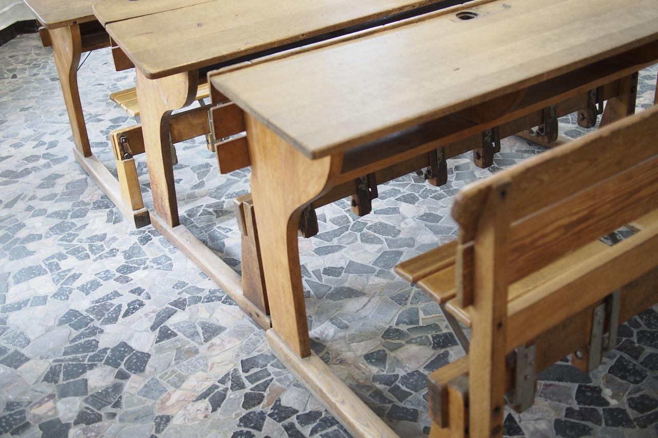 Alte Schulbänke aus Holz Erinnerungen Indoors  Klassenraum Klassenzimmer  No People School Schulbank Schulbänke Schule
