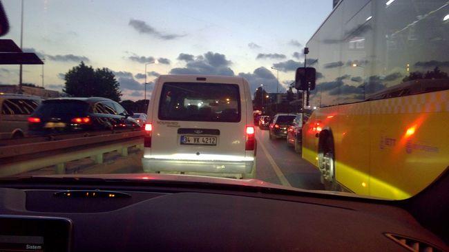 Klasik istanbul trafiği :) bu yok eaenlere kadar cekilit mi acaba .. :p