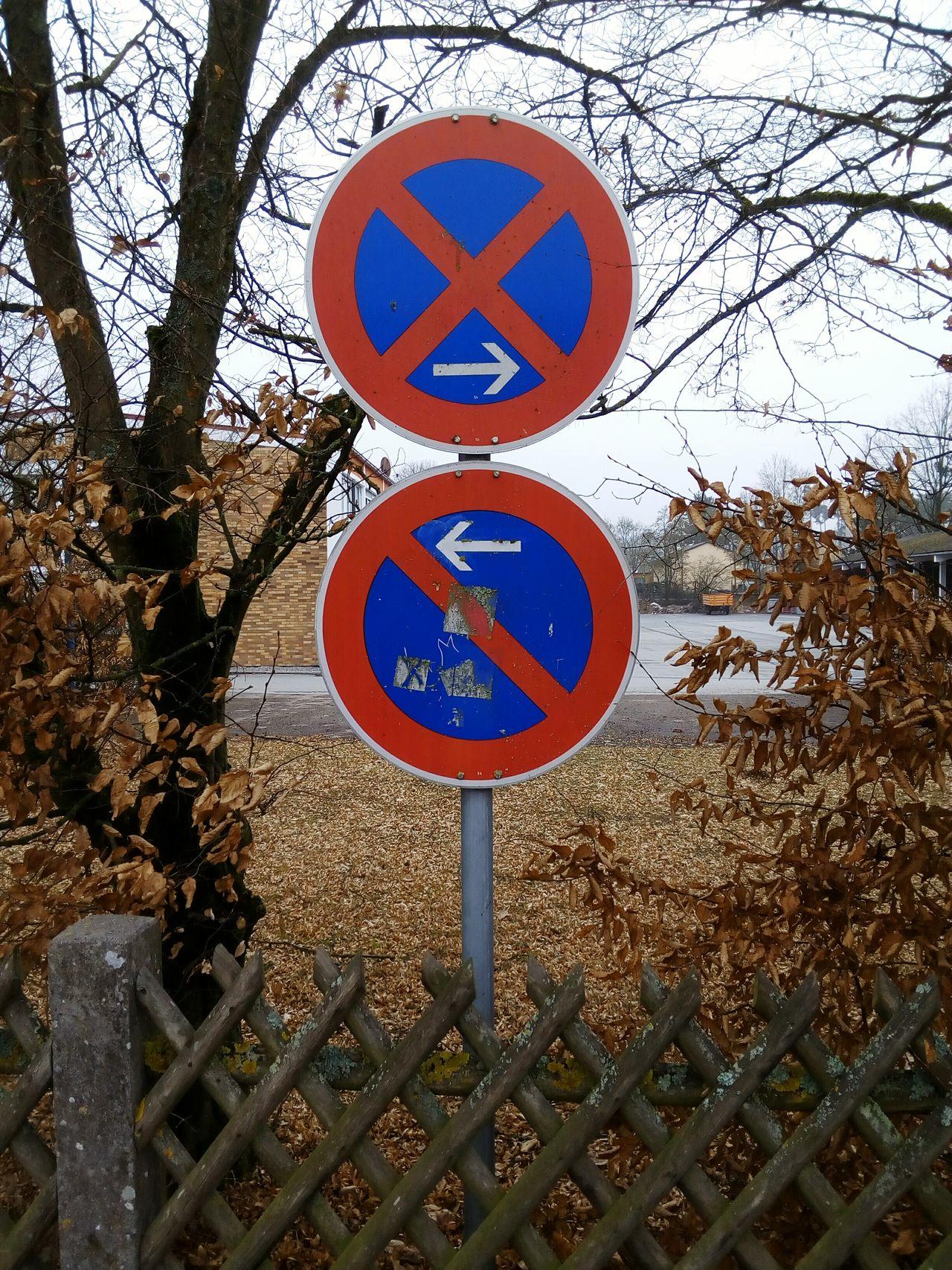 No Parking Sign Schild Road Sign Verkehrsschild Verkehrszeichen Staßenschild Straßenrand