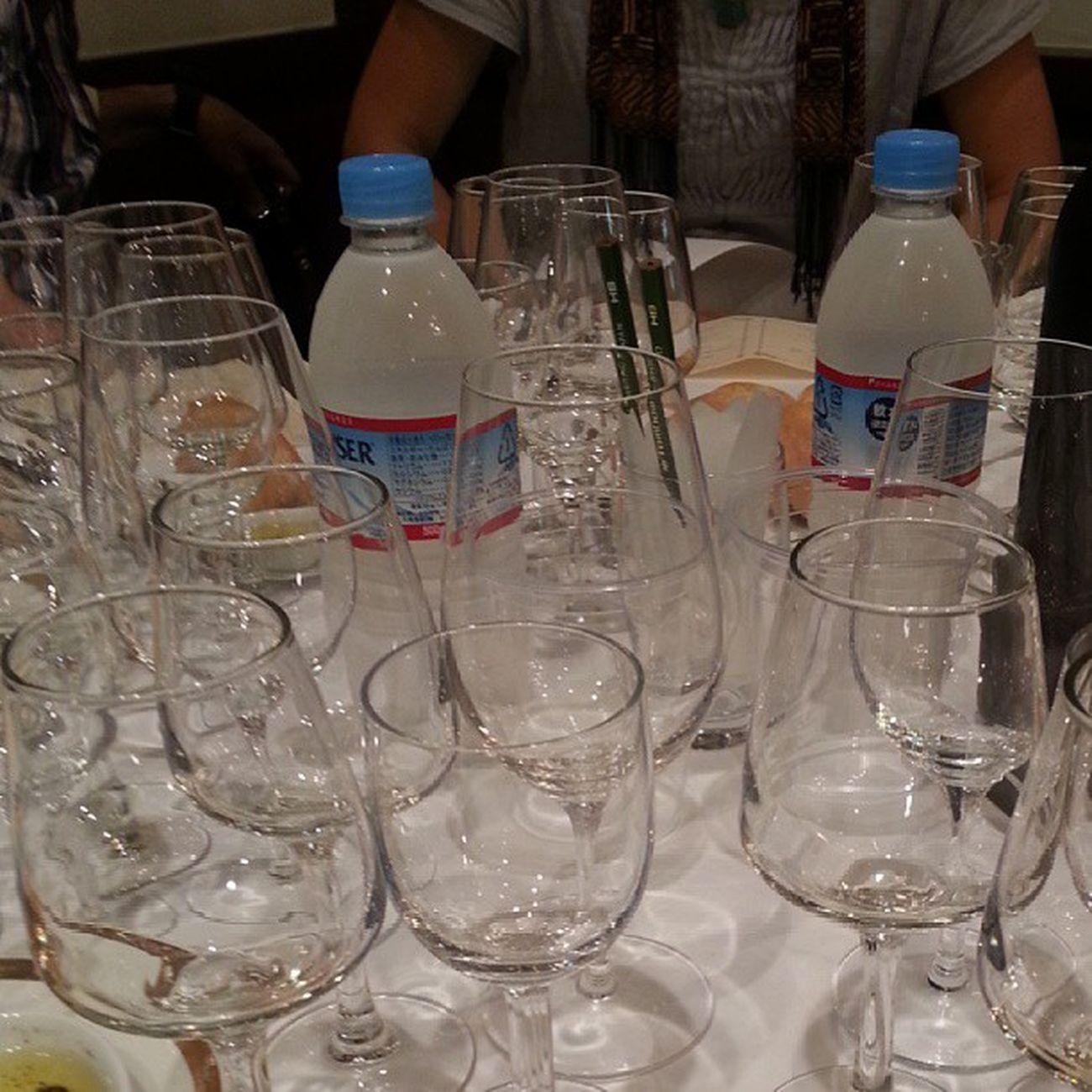 昼食会場なう。一人あたりのワイングラスの数が半端ないw