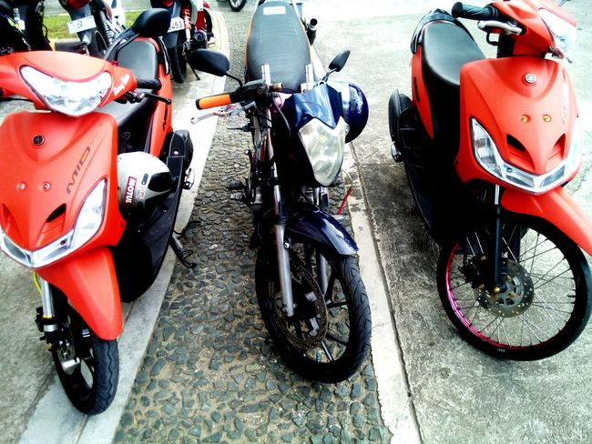 What ? My bike is on the middle of two same bikes ? XD Mio Raider R150 Tagalog XD Orange Blue Mobilephotography