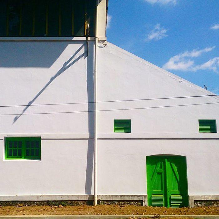 Salah satu sudut bangunan tua bengkel kereta api Balai Yasa. Depanrumah Jogja Yogya Explorejogja Exploreyogya INDONESIA Instanusantara