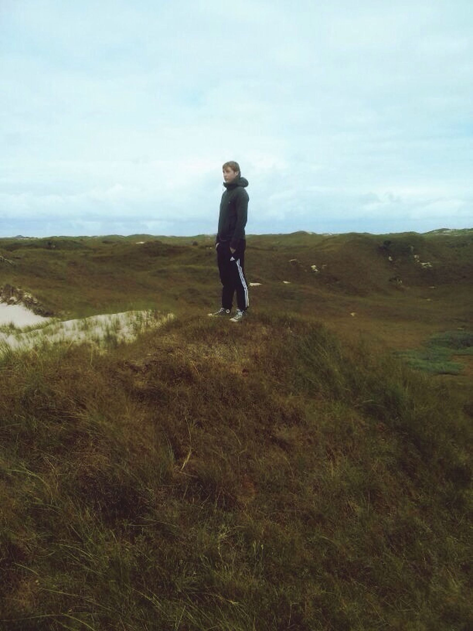 full length, lifestyles, casual clothing, leisure activity, landscape, sky, standing, young adult, rear view, tranquility, tranquil scene, nature, field, young men, scenics, getting away from it all, beauty in nature, horizon over land
