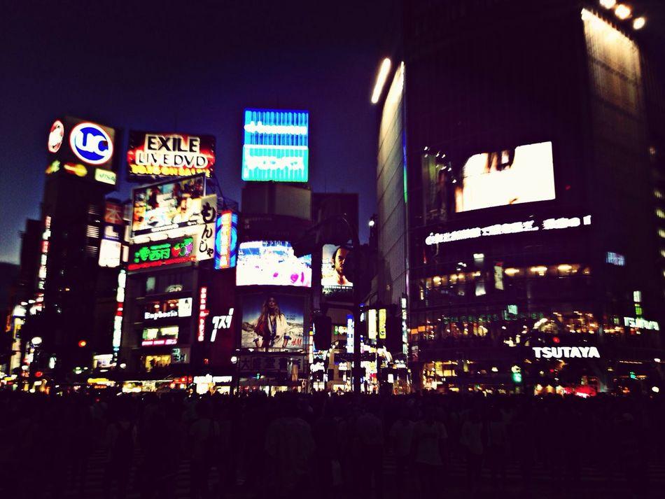 建物は光の中に隠れている。 City Tokyo Commuting Traveling
