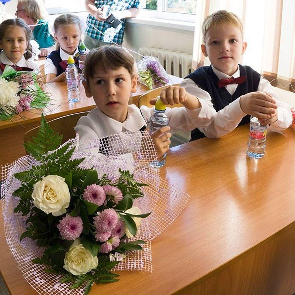 В первый класс 1сентября Школа лицей дети сын  класс Children праздник цветы School Новосибирск Kids Young Happy