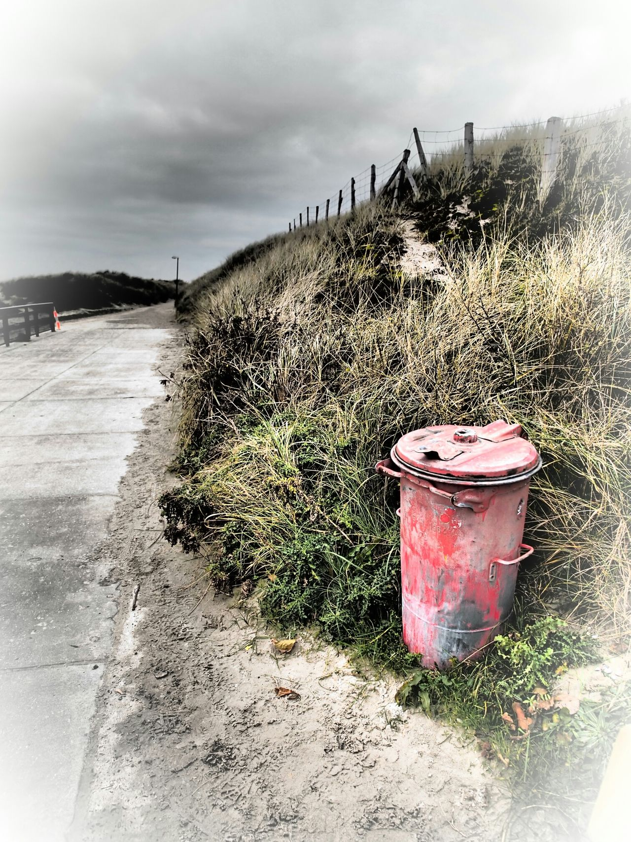 red ash tray at borkum, original shot with filter