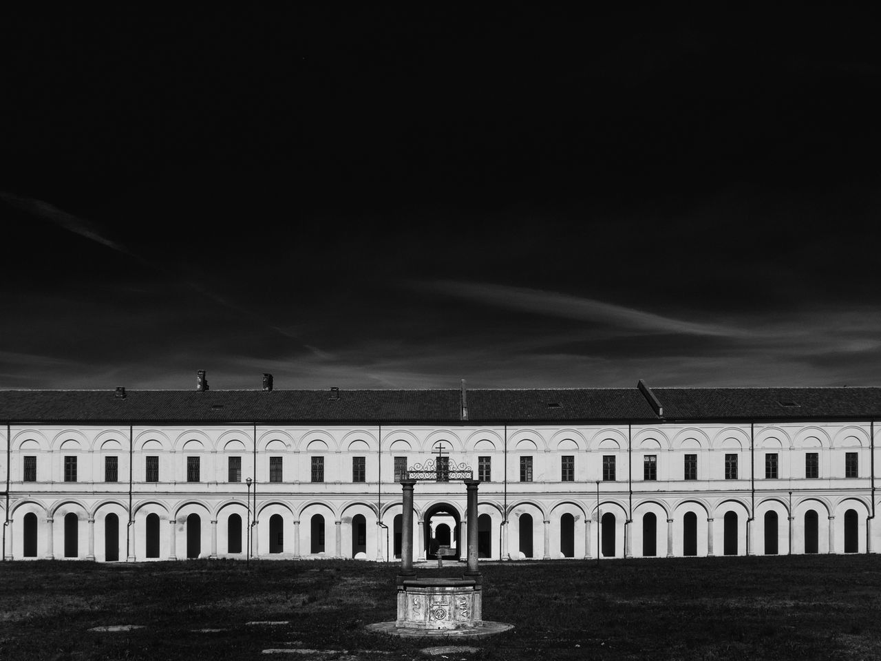 Austerità e vuoto Architecture Architecture_collection Black And White Black And White Photography Building Exterior Built Structure Cloister Emptiness Exterior Eye4black&white  Eye4photography  EyeEm EyeEm Gallery Façade Landmark Nobody Well