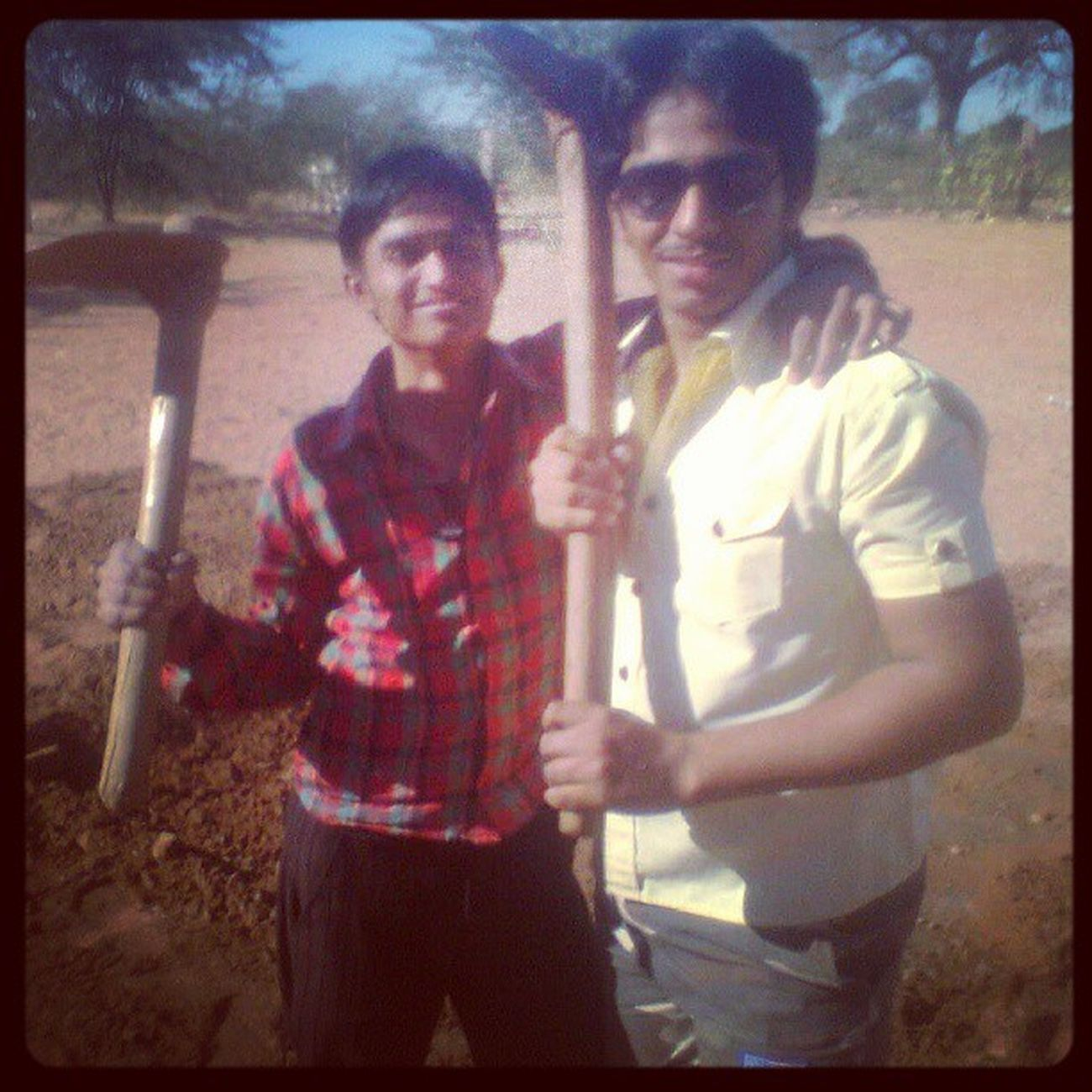 Me & @VinodGoyal47... making new Cricket Pitch in Mathania ...!! JaiJawanJaiKissan